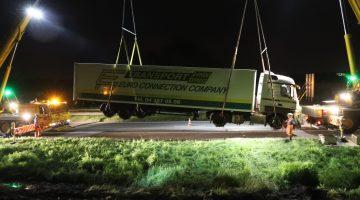 Vrachtwagen belandt in sloot naast A2