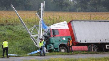 Vrachtwagen ramt bewegwijzeringsbord langs A2