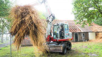 Het dak gaat eraf bij de Peelboerderij