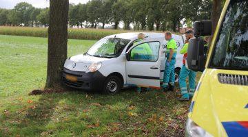Auto botst tegen boom in Someren-Eind