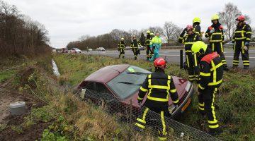 Auto glijdt van snelweg, bestuurder spoorloos