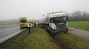 Vrachtwagenchauffeur onwel en rijdt sloot in