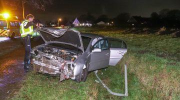 Auto ramt boom, lantaarnpaal en belandt in sloot in Leveroy