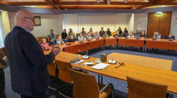 Plusklas OBS de Klimop bezoekt gemeentehuis (Foto's)