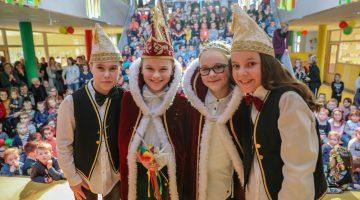 Prins Pieter en Prinses Linn voorop tijdens Vastelaovendj IKC de Kerneel