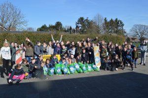 Basisschool de Zonnehof helpt met het opschonen van de wijk -