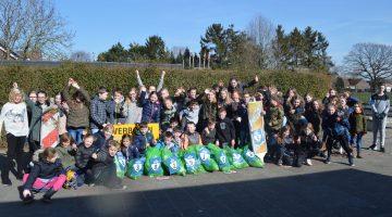 Basisschool de Zonnehof helpt met het opschonen van de wijk