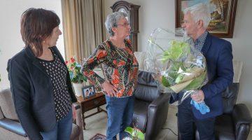 Bloemen voor mantelzorgster Nellie