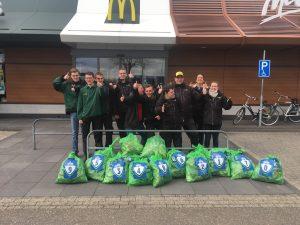 McDonald's restaurants uit Weert en Nederweert gaan samen de strijd aan tegen zwerfafval