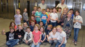 Communicanten op bezoek bij Bakkerij Kessels in Ospeldijk