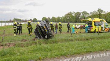 Auto over de kop, één persoon gewond