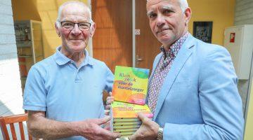 Wethouder Geraats brengt gratis boekje voor mantelzorgers