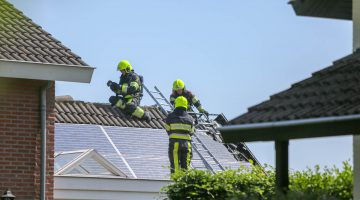 Zonnepanelen in brand op aanbouw woning Meijel