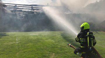Schuur bij woning brand volledig uit
