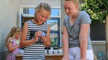 Leerlingen Citaverde College knutselen met kinderen van BSO De Klimop