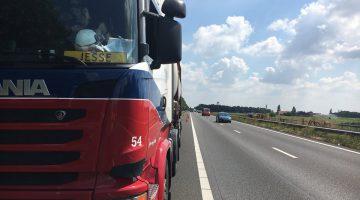 Vrachtwagen met gevaarlijke stoffen krijgt klapband op A2