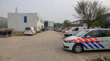 Politie doorzoekt bedrijfspand Hulsenweg (Foto's)