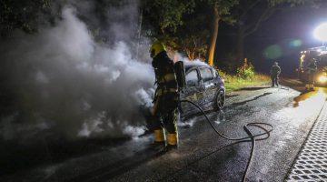 Auto volledig uitgebrand na rook uit dashboard