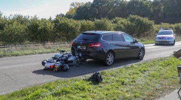 Motorrijder gewond na botsing botst achter op auto