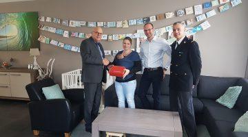 Burgemeester reikt 'Brandweerkoffertje' uit aan eerste baby van oktober