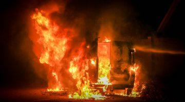 Bestelbus brandt volledig uit op de Palmstraat (Foto's)