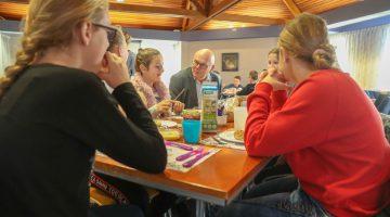 Kinderen brengen burgemeester Evers ontbijtje in gemeentehuis