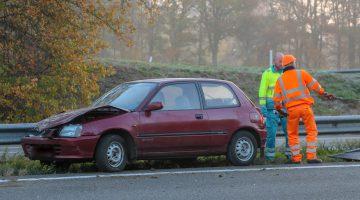Auto botst tegen middengeleider op A2 bij Kelpen-Oler