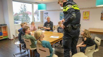 Leerlingen stellen vragen aan wijkagent Joost