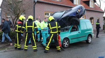 Ernstig ongeval, auto bovenop tegemoetkomende bestelbus