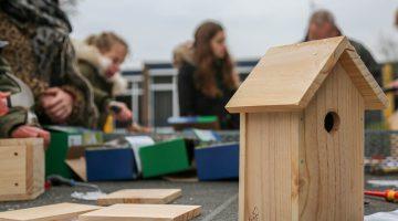 Leerlingen BS Budschop maken nestkastjes voor Kanaalpark De Heerlijckheid