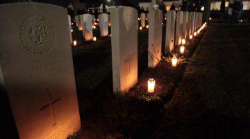 362 kaarsjes aangestoken op oorlogsgraven in Nederweert (Foto's)