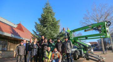 Grote kerstboom bij het gemeentehuis