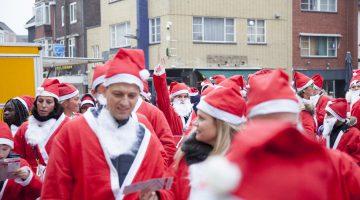 Kerstmannen lopen voor het goede doel (Foto's)