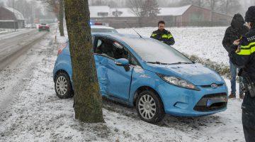 Auto met ferme klap tegen boom op Hoofstraat Nederweert