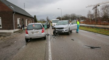Twee personenauto's botsen op Helmondseweg