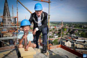 Burgemeester Evers en kleinzoon Duuk plaatsen tijdcapsule (Foto's)