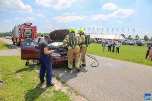 Brandweer koelt oververhitte auto bij schuttersfeest Nederweert-Eind