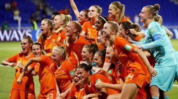 Oranjefeest | Groot scherm op Raadhuisplein Nederweert tijdens finale WK-damesvoetbal