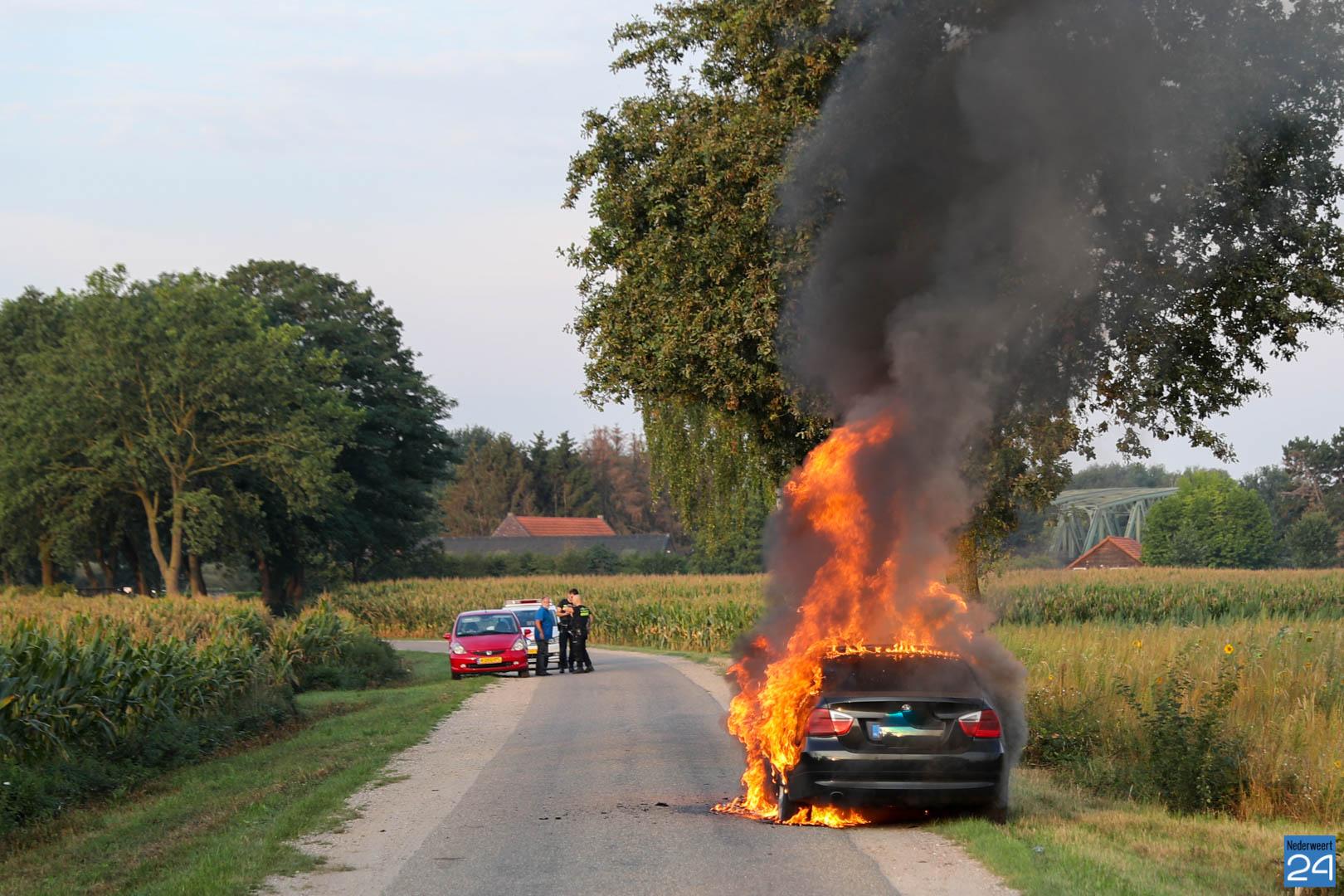 Bestuurder gewond na autobrand Mildert Leveroy - Nederweert24 - Nederweert24