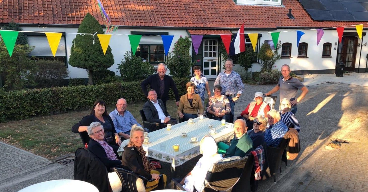 Gezellige kennismaking burgemeester Op de Laak en bewoners Heihoek op Schoor - Nederweert24 - Nederweert24
