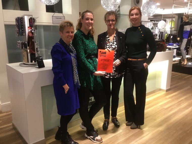 Hartslag voor Nederweert ontvangt cheque van Pleunis Mode - Nederweert24