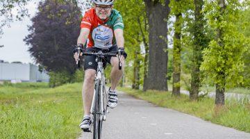 Op de racefiets van SJG Weert naar Radboud UMC Nijmegen in strijd tegen Corona
